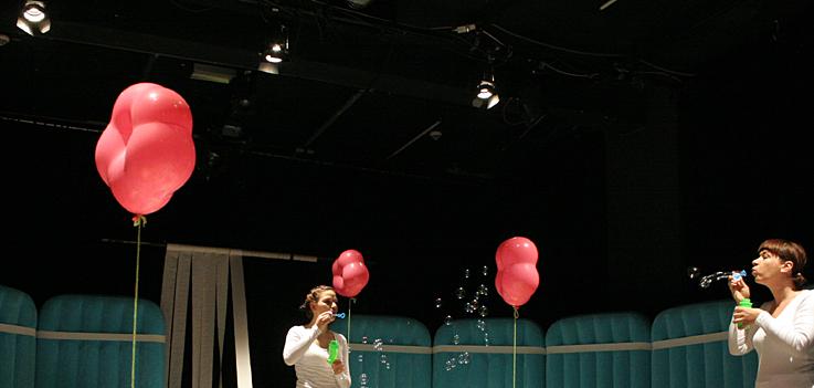 Ballons schweben, Seifenblasen fliegen: Die Babybühne ist ein Sinnentheater.